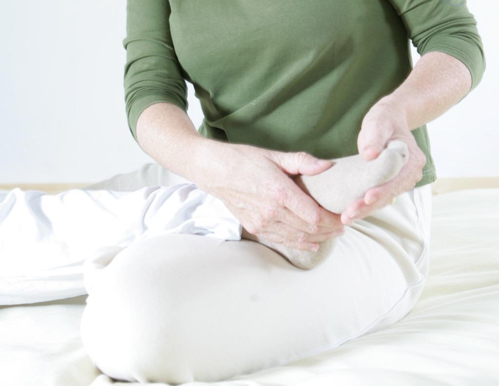 Heilpraktikerin Annett Görne gibt eine entspannende Fussmassage